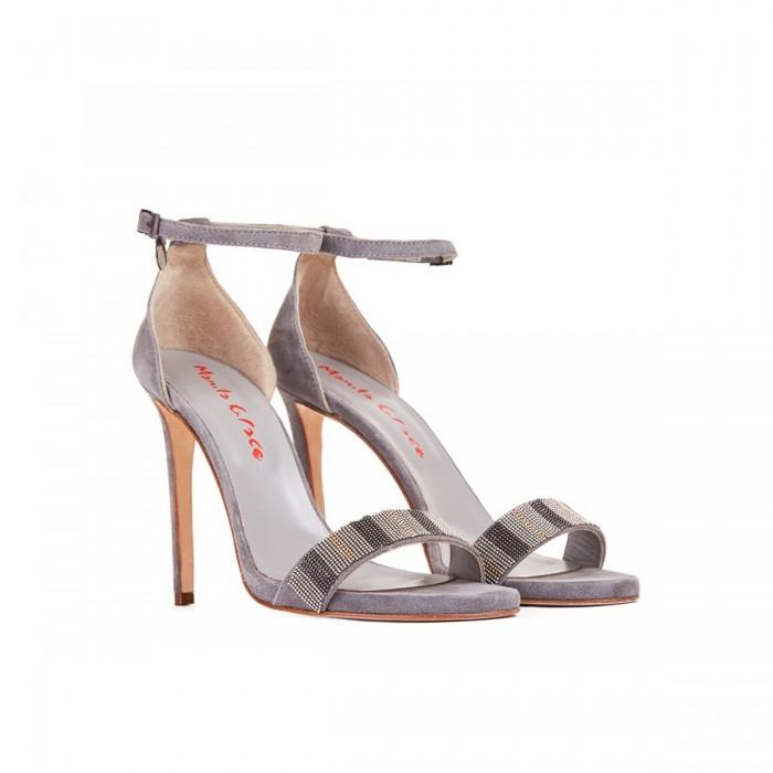 Abbinamento perfetto: un sandalo con cinturino per slanciare la figura