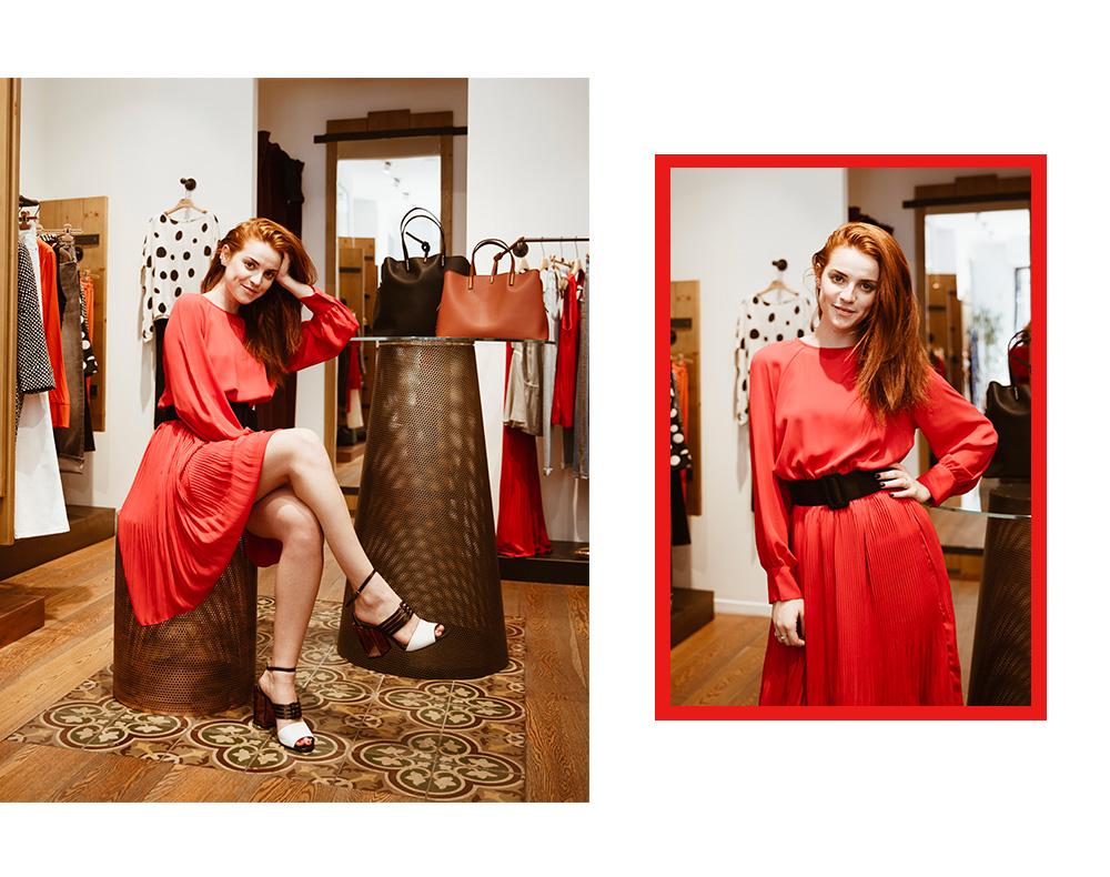 Abito rosso plissettato e sandali Manila Grace